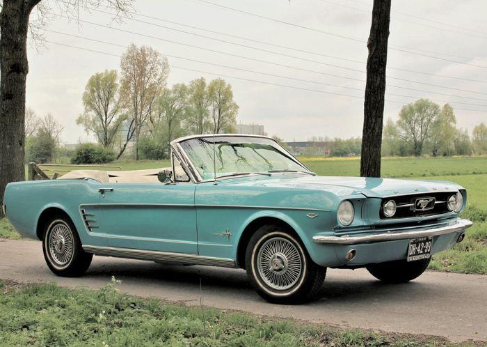 Denne 1966 Ford Mustang cabriolet er utstyrt med en 289 V8-motor med automatgir.  Bilen kjøres i sjeldne lyseblå metallisk (sølv blå) farge, med elfenben-farget møbeltrekk og panseret. Denne panseret kan betjenes elektrisk.  Dette er en spesiell Mustang med mange originale alternativer, inkludert bremser, ekstra målere på rattstammen og konsollen og opprinnelige aircondition installasjon, som pumpen er til stede, men ikke montert. Bilen er i god og solid tilstand med noen tegn på slitasje…