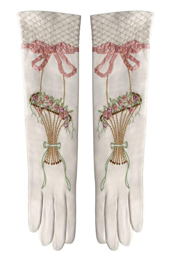 """Gants """"Trianon"""" Nous sommes ravis d'avoir collaboré à la conception et à la réalisation de ces gants parfumés par la Maison Fabre pour la RMN – Grand Palais. De couleur ivoire, en agneau plongé parfumé et brodé main, avec un motif que nous avons dessiné à partir d'une robe de Marie Antoinette, ces gants longs existent uniquement en deux exemplaires. En exclusivité à la Librairie des Princes au château de Versailles (RMN)."""