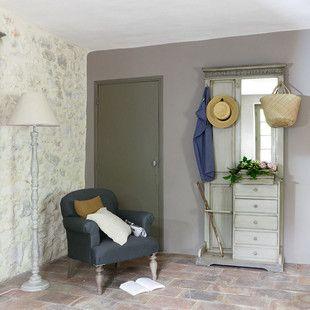 Meuble dentrée Maisons du Monde, dont on peut s'inspirer pour aménager une petite entrée : un semainier qui sert à ranger et à poser les clés, un miroir, un porte-manteau fixé au mur et une barre pour accueillir les parapluies.