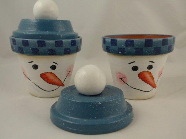 Ich habe diese Schneemänner aus Tontöpfe. Sie sind mit Acrylfarbe bemalt und ich ein Glanz-Sealer um zu beenden. Sie sind 3 1/2 breit an der Spitze, 3 hoch. Ich verklebt eine Holzkugel auf dem Deckel für ein Pom-Pom. Tolles Geschenk für eine Lehrerin oder ein Schneemann-Liebhaber