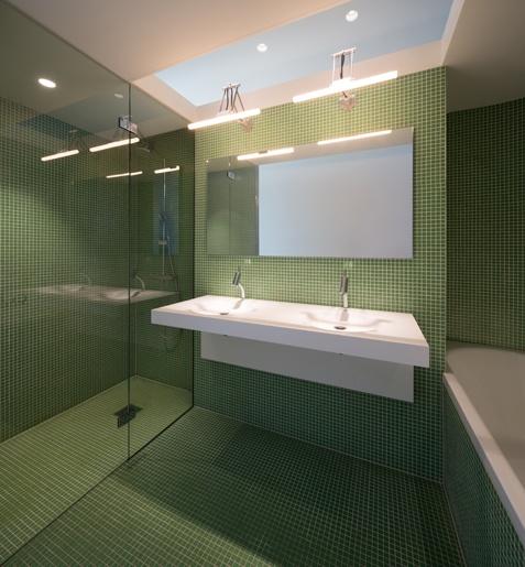 loftwoning Delfshaven // badkamer // loft in Rotterdam // bathroom with mosaic glass tiles and himacs washbasin