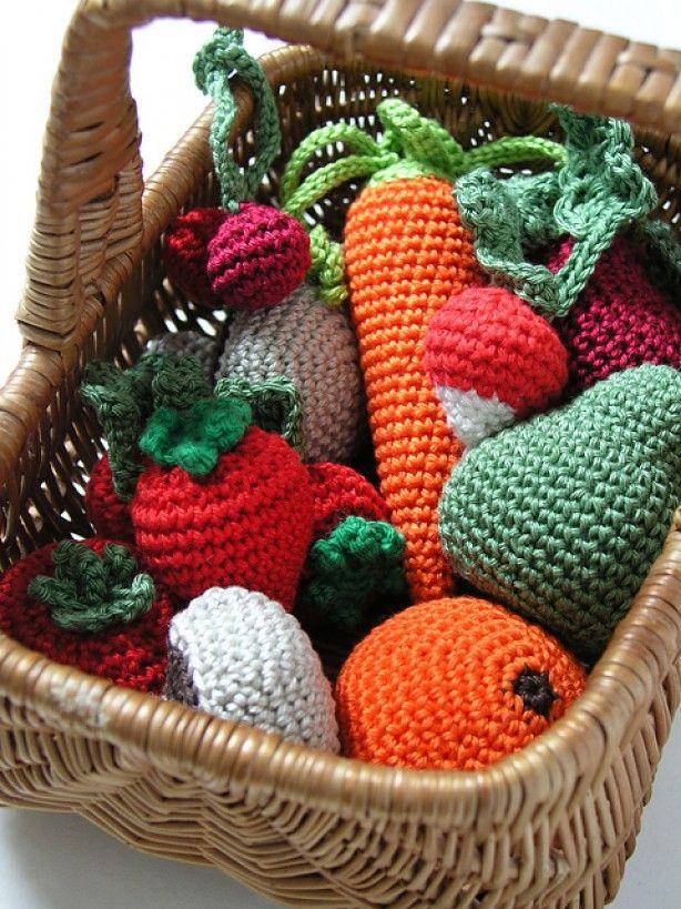 Mandje vol gehaakte groente en fruit