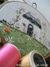 Quedan muy coquetas las labores montadas en estos bastidores chiquitos.     Esta casa diseñada por Gail pan es una monada y con el toque d...