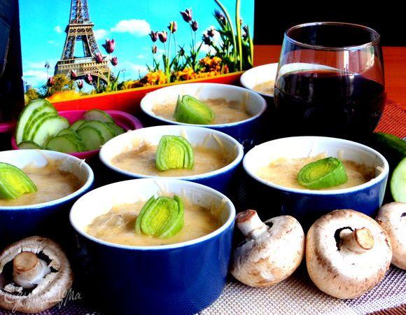 Сливочный жульен с ветчиной и грибами  Ароматный жульен с грибами и ветчиной отлично подойдет для ужина, придав вашему столу особую изысканность. Приготовить блюдо можно не только в кокотницах, но и в порционных керамических креманках. Угощайтесь! #готовидома #едимдома #кулинария #домашняяеда #ужин #жульен #ветчина #грибы #шампиньоны