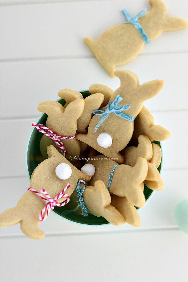 Per augurarvi una buona Pasqua ho preparato dei simpatici biscotti a forma di coniglietto. Carinissimi ed allegri saranno il regalo perfetto per i bimbi di casa e come chiudi pacco originale per le vostre amiche fashion. Una volta pronta la pasta frolla facile e veloce che trovate anche qui, c