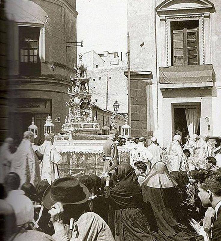 Corpus Christi en Murcia, plaza de Belluga Ayto a la izda y palacio del rectoral de la Riva a la dcha , palacio del s xviii que en el s.xxi ocupa el edificio moneo ¿cual mejor?