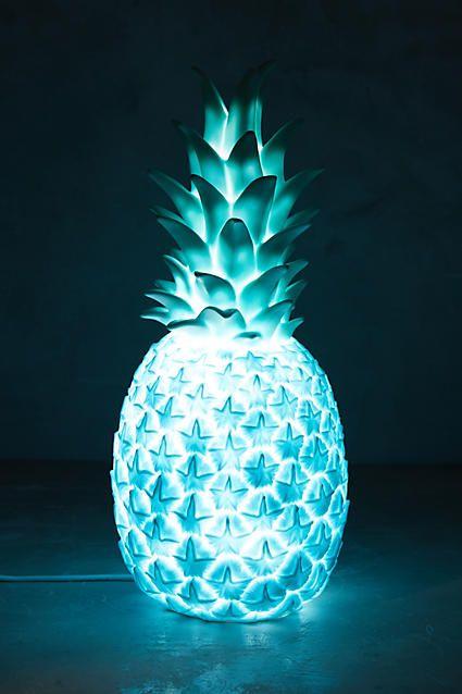 Nada como darle un toque único y personal a tus espacios. Y con esta lámpara de piña, podrás lograrlo desde el día 1.