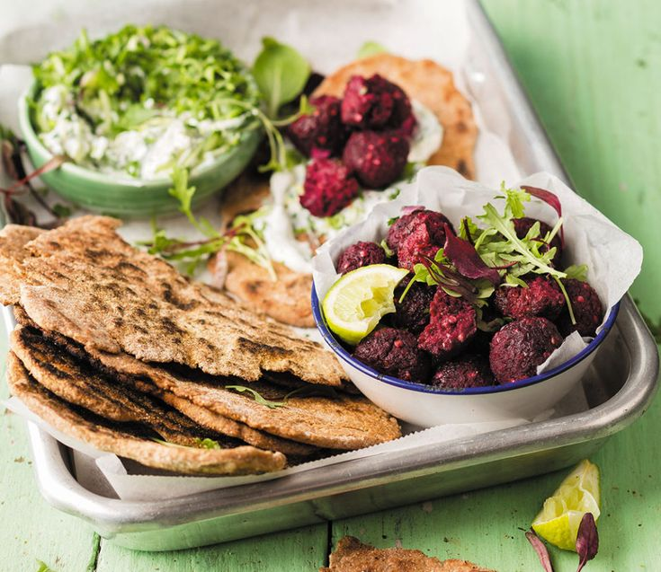 Beet falafels with flat bread made of ancient grains - rooi rose