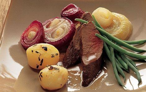 Kronhjortemørbrad og kartoffelpakker Med den lækre, nordisk-inspirerede opskrift på kronhjortemørbrad og kartoffelpakker er du sikret en lækker hovedret til festen.