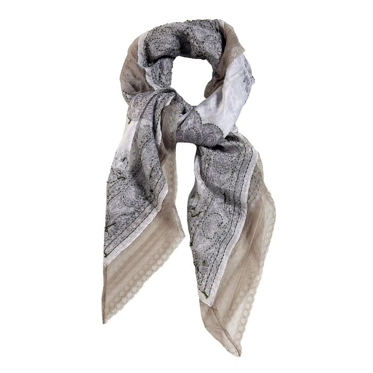 sciarpa 100% seta con motivo a fantasia e inserti in pizzo ricamati. Made in India. Dimensioni: Lunghezza 100 cm, Larghezza 100 cm.