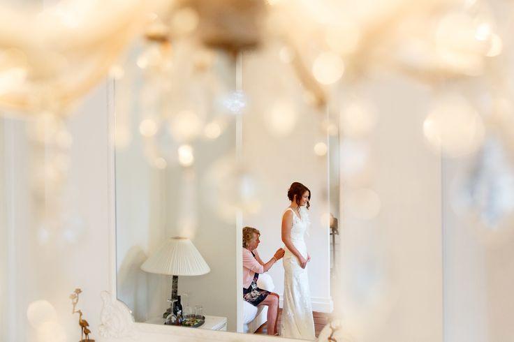 Voorbereidingen door de bruid in een hotelkamer. | Bruiloft in Groningen door de Kievit Bruiloften Bruidsfotografie
