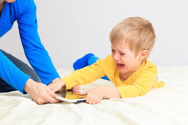 Вот когда пора начинать бить тревогу по ребенку, сидящему за планшетом!