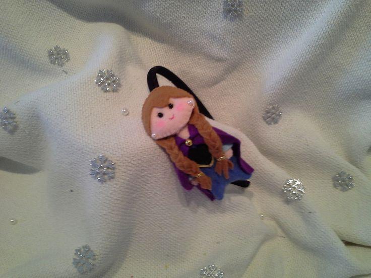 Tiara infantil revestida em tecido preto, com aplicação de bonequinha princesa confeccionada em feltro azul/pele/magenta/preto bordado caseado, renda, cordão ouro, olhinhos com contas negras.