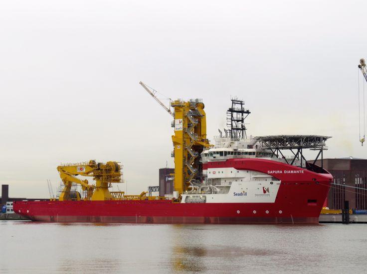 Sapura Diamante (146x30m) - @ Port of Rotterdam - De eerste van een serie van 5 pijpenleggers die worden ingezet bij de ontwikkeling van diepzee-olievelden tot op een diepte van 2500 mrt voor de kust van Brazilië. Benedendeks staan 2 opslagcarrousels met een capaciteit van 2500 en 1500 ton voor het plaatsen van flexibele pijpleidingen met diameters van 100 tot 630 mm. Er kunnen max. 120 bemanningsleden aan boord.