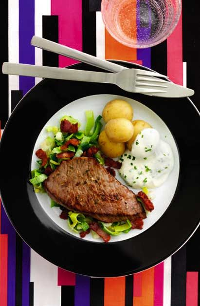 Kalveschnitzel med porre-bacon-blanding