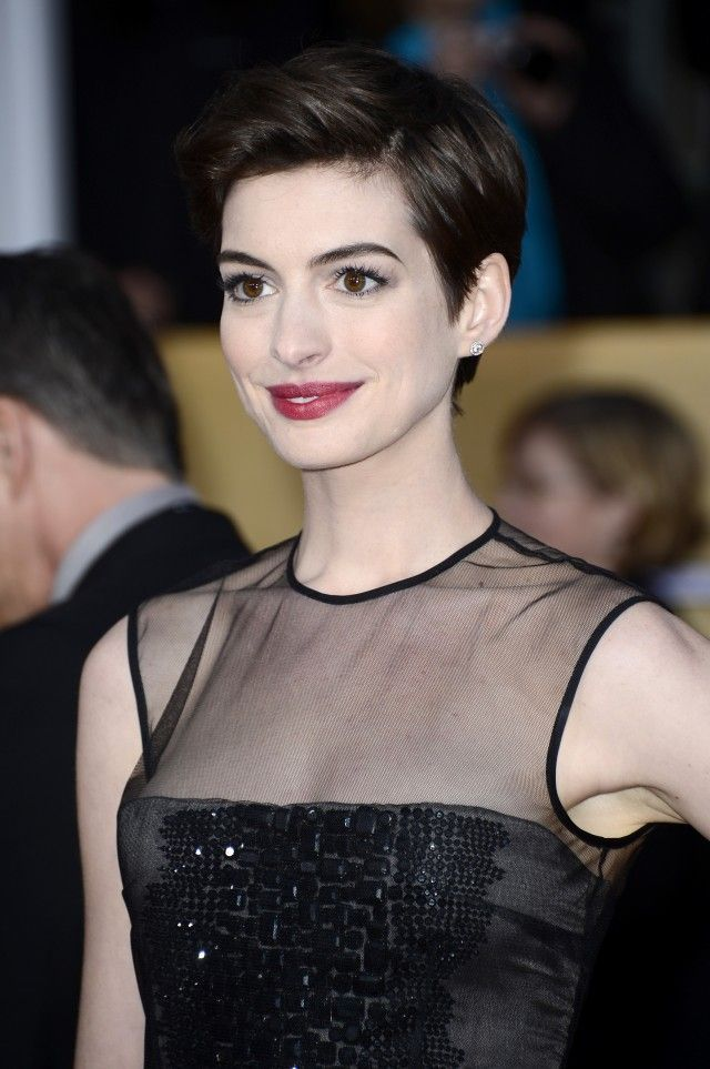 Idée Couleur & Coiffure Femme 2017/ 2018 : Anne Hathaway  ivory skin and berry lip