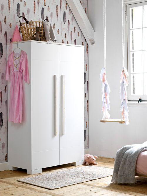 Deze geweldige meiden slaapkamer vind je op http://www.stijlhabitat.nl/inspiratiezaterdag-no-31/ en kijk naar de schommel en het geweldige verenbehang Schommel, linten, behang, veren, feather, Onszelf