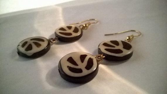 orecchini pendenti in legno di cocco di madreperls su Etsy