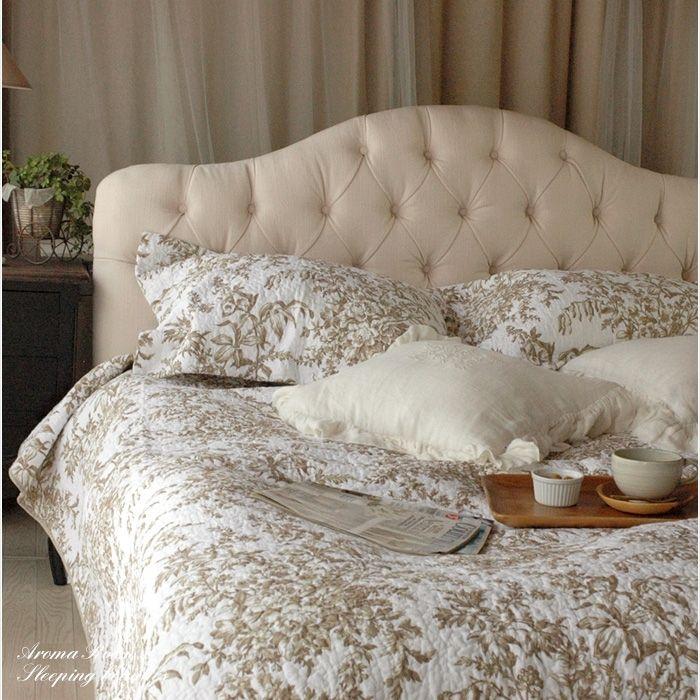クッションやピローをたくさん乗せたベッドで眠りたい・・ベッドスカートもつけて。