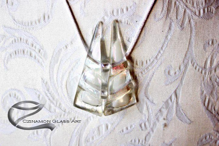 Csillogó üvegmedál, esküvőre, különleges alkalomra . Táncoló párként kapcsolódik egymáshoz a két rész a Tangó üvegékszerében.