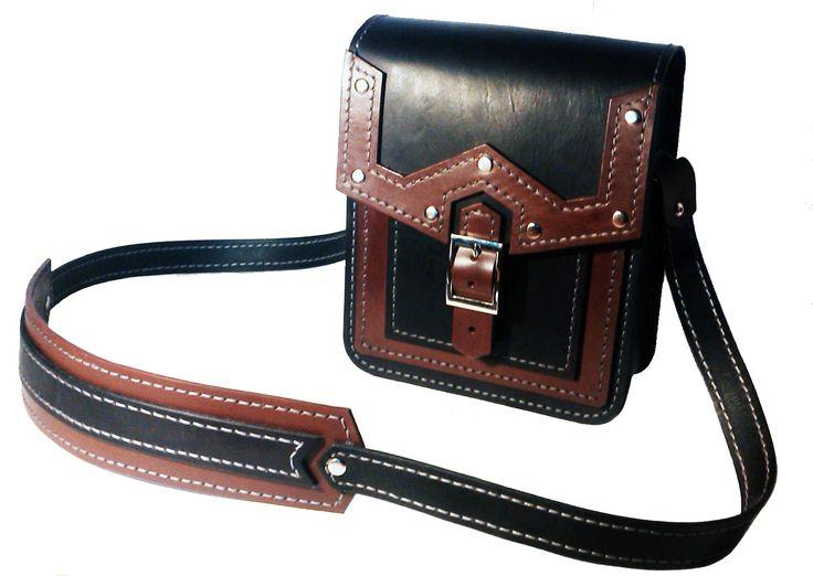 Маленькая мужская сумка из чепрака 3 мм. Выполнена полностью вручную. Прошита седельным швом вощеной нитью. Одно отделение+ карман.