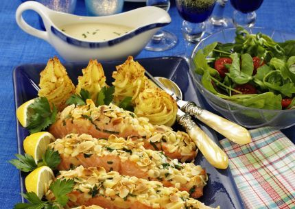 Lax, västerbottensost, krispig mandel, potatismos och en gräddigt god vitvinssås. Säg den lördagskväll som inte blir lite trevligare med en sådan här lyxig middag! Mandelgratinerad...