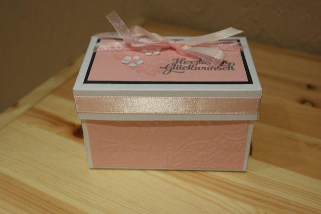 Ich habe hier eine Explosionsbox zur Hochzeit gebastelt.  Das Geldgeschenk ist mit dem Hochzeitsauto etwas besonderes. Ich habe die Farben weiß und rosa genommen. Die Eulen symboliseren Braut...