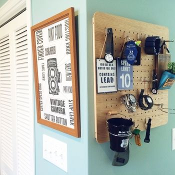In a compact peg board, multiply the goods necessary for going out such as watches and key holders together.  Perfect for small spaces such as entrance.