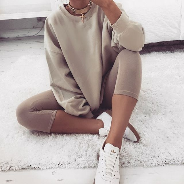 Nude leggings + sweatshirt. Perfect casual outfit