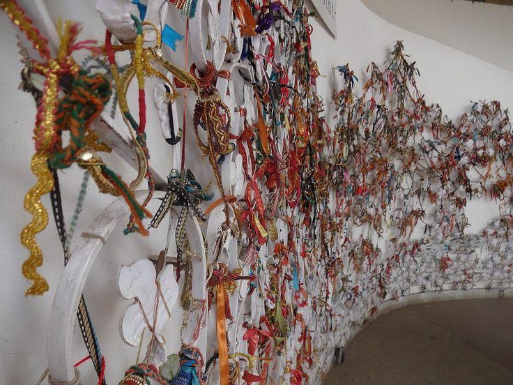 Interaktive Kunst: Weave a Web of Friendship. Jeder darf sich beteiligen und ein Band an die Wand knoten.