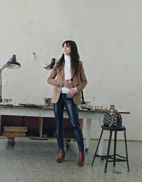 La campagne Louis Vuitton de l'hiver prochain, celle dessinée par Nicolas Ghesquière, sera dévoilée en exclusivité ce vendredi dans ELLE. Mais vous pouvez d'ores et déjà voir la vidéo!  http://www.elle.fr/Mode/Les-news-mode/Autres-news/Louis-Vuitton-la-video-de-la-premiere-campagne-de-Nicolas-Ghesquiere-2716158