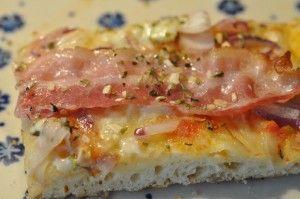 Lækre sprøde supertynde pizzaer på grill - bagt på bagesten. Pizzaer med tomat og mozzarella, champignon og skinke og løg og bacon. Vi udkonkurrer pizzamanden!