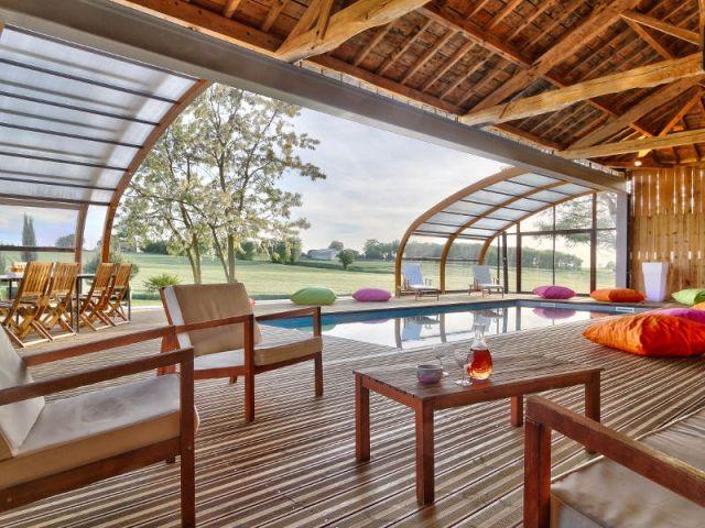 Grâce à un abri de piscine télescopique posé le long d'un hangar en bois, Abrisud a participé à la création d'une extension pour un gîte du Gers. Une pièce en plus qui accueille un espace détente et une piscine entre extérieur et intérieur. Découverte.