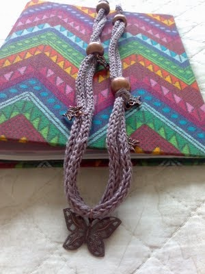 Colar elaborado com tricotin em lilás com contas grandes e pendente borboleta - blogue italiano