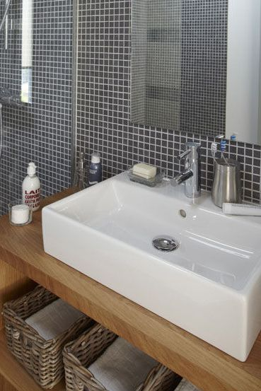 Gris et bois pour une atmosphère douce dans cette salle de bains