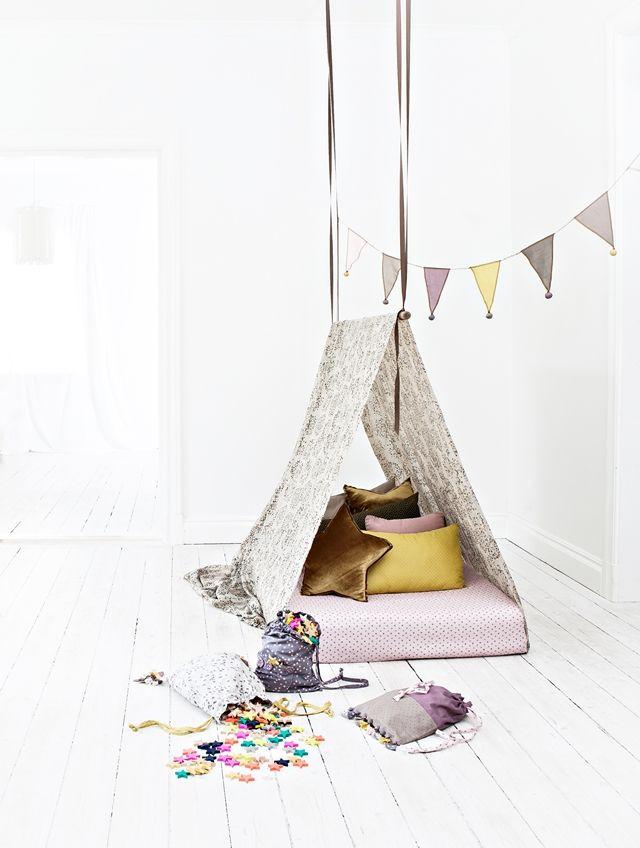Simpele tent in de kamer: Hang een stok aan het plafond, gooi er een groot laken overheen en leg de matras erin en jouw supertent is af!: