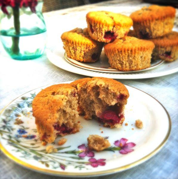 Niets lekkerder dan op zondag de geur van vers gebakken zoetigheden in huis, voor 's middags bij de thee. Dit keer heb ik mijn frambozen muffins gemaakt. De