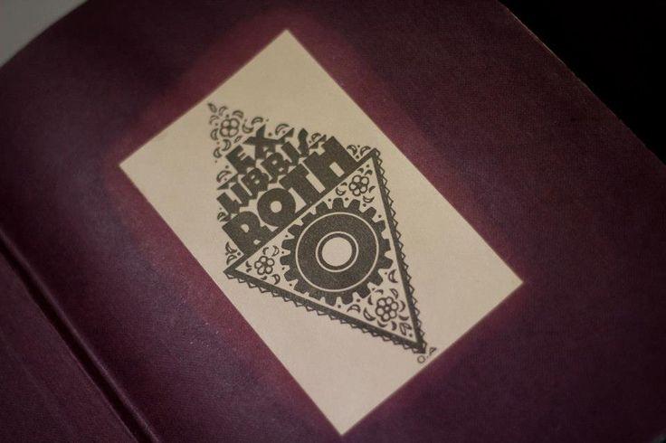 """Latince """"........nın kitaplarından"""" """"........nın kitaplığından"""" anlamını taşıyan ex libris, kitabın sahiplk belgesi olarak tanımlayabileceğimiz, üzerinde kitap sahibinin ismi ile resim yada tipografik öğelerden oluşan özgün grafik çalışmalarıdır."""