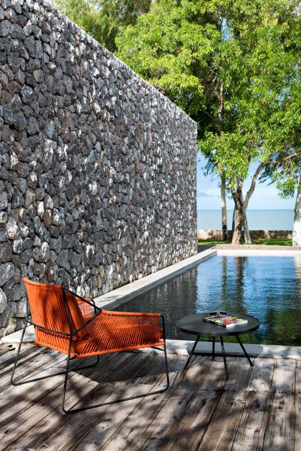 Piscina exterior. La pared de piedras le da un toque de naturaleza mezclado con moderno.