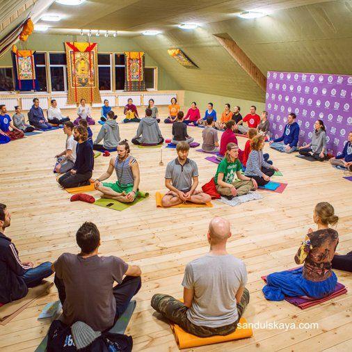 Привет! Сегодня хочу вас познакомить с мантрой,которую поет более миллионов людей по всему миру. Сама я пою ее уже 15 лет.  Вот ее блогословенные слова и звуки.  Om  Sat Chit Ananda Parabrahma  Purushothama Paramathma  Sri Bhagavathi Sametha  Sri Bhagavathe Namaha   Ом  Сат Чит Ананда Парабрахма  Пурушутама Параматма  Шри Бхагавати Саметха  Шри Бхагавате Намаха  Для тех, кто поет Мула Мантру или слушает, приходит понимание единения со всем миром, значимости для всей Вселенной, прямой связи…