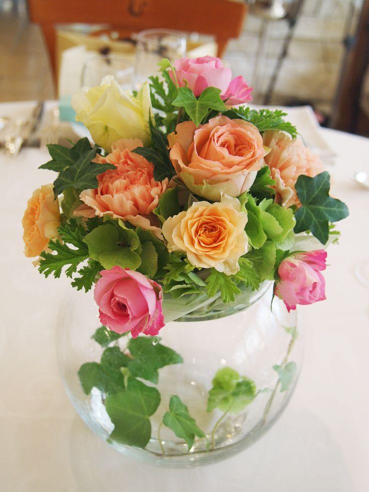 数種のバラとグリーンで華やかなテーブルフラワー。