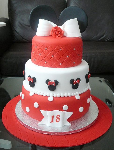 Adorable Minnie Mouse cake!  I WANT THIS CAKE FOR MY 18' BIRTHDAY! JE VEUX CE GÂTEAU POUR MES 18 ANS! I love that mom does too