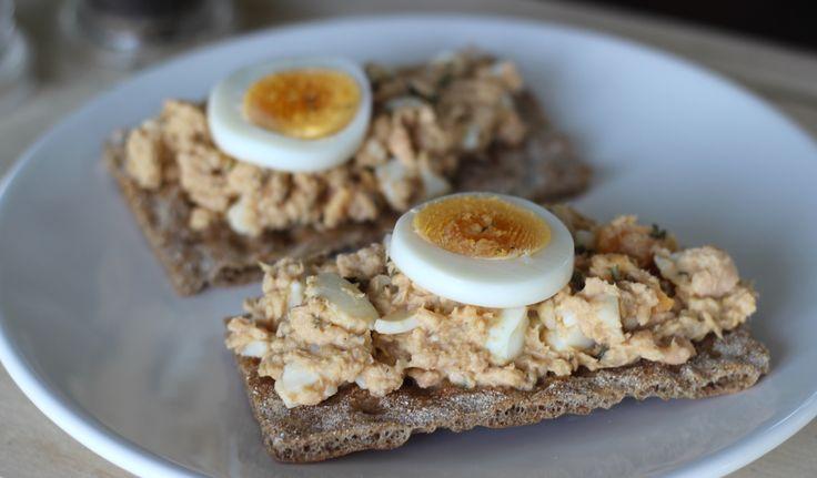 """Tijdens de lunch eet ik regelmatig vis, lekker, gezond en licht! Soms maak ik een simpele salade van tonijn, makreel en zalm, die ik vervolgens op een cracker of speltbroodje eet. Deze zalmsalade met ei heeft een aziatisch tintje door het scheutje soyasaus en citroen wat je hieraan toevoegt. Heerlijk!... <a href=""""http://cottonandcream.nl/zalmsalade-met-ei/"""">Read More →</a>"""