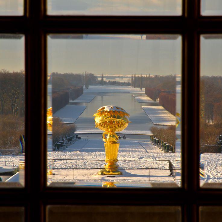 L'Oval Buddha doré de Takashi Murakami vu de la Galerie des Glaces au Chateau de Versailles. / Takashi Murakami's oval golden Buddha seen from a window of Versailles palace