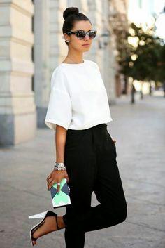 Chica usando un pantalón negro y una blusa blanca