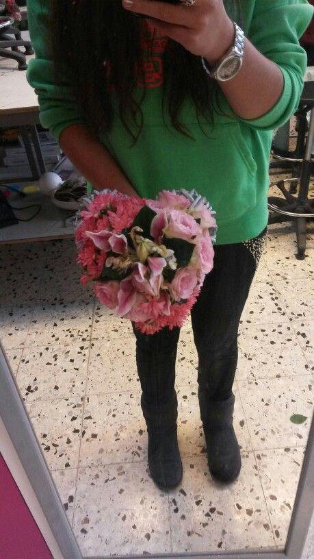 Bruidsboeket, hartvorm. Rozen, lelie & anjer #weddingbouquet #roses #lily #carnation