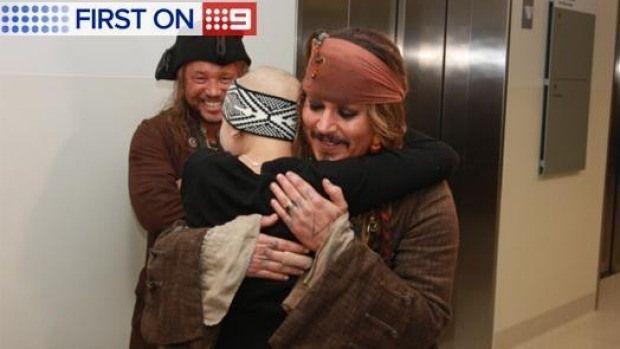 Johnny Depp,dressed as Jack Sparrow, surprises kids on the Queensland Hospital!O Johnny Depp κάνει μια ευχάριστη έκπληξη στα παιδιά του νοσοκομείου Queensland | have2read