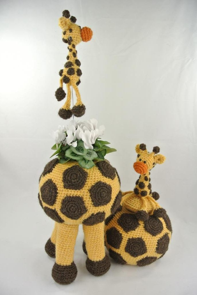 Pot op Poten Giraffe.   In de pot kan een glazen groente-pot geplaatst worden waarin bloempjes of een plantje passen. Of gewoon een decoratieve manier om iets in te bewaren. Februari 2016 verkrijgbaar. Haakpret