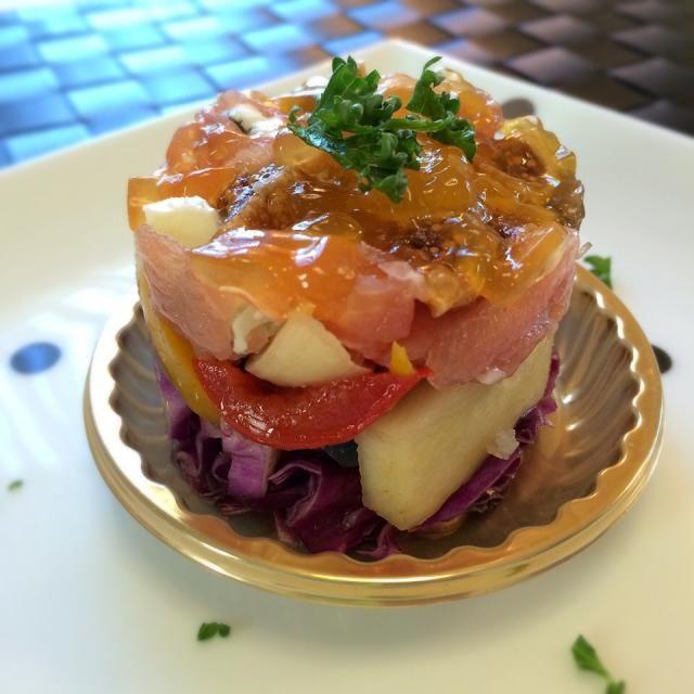 あきこちゃんから広島の珍しいお野菜をいただきましたので、お料理教室の 前菜としてお出ししましたよ。  ともちゃんのナスのナンプラーマリネのアレンジです。 ともちゃん、なんにでもあうよ♡ あきこちゃん、ともちゃん ありがとうございます✨   【ハーモニー】 (作り方、下から) ①紫キャベツの塩もみサラダ ②ともちゃんのナンプラーマリネ マコモタケ・紫ピーマン・カラーパプリカ ③コンソメで茹でたキヌア ④生ハム・ゴルゴンゾーラ・ドライイチジク和え ⑤オレンジのナパージュ - 117件のもぐもぐ - マコモタケマリネと生ハムの前菜    セルクル仕立て     ゴルゴンゾーラ入り by 1125shino