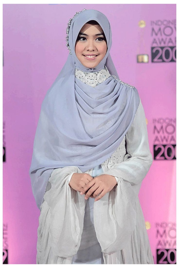 Pretty silvery dress and square hijab. curious how she accessories the scarf.. anyone?:D | ini bagaimana cara pake jilbabnya, sweet bangettt..